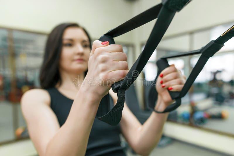 W górę żeńskich ręk z sprawności fizycznych patkami w gym Sport, sprawność fizyczna, szkolenie, ludzie pojęć fotografia stock