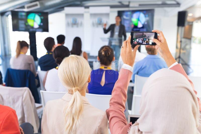 W górę żeńskiej wykonawczej klika fotografii biznesowy konwersatorium z telefonem komórkowym obraz royalty free