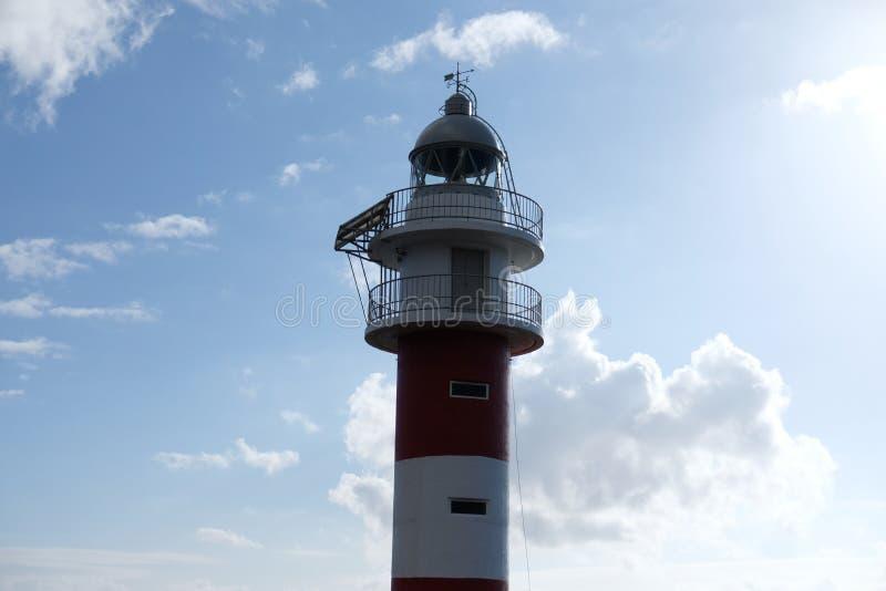 W górę białej i czerwonej latarni morskiej obrazy stock