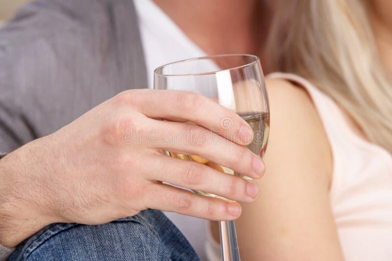 w górę biały wina ręki zamknięty szklany mienie zdjęcie royalty free
