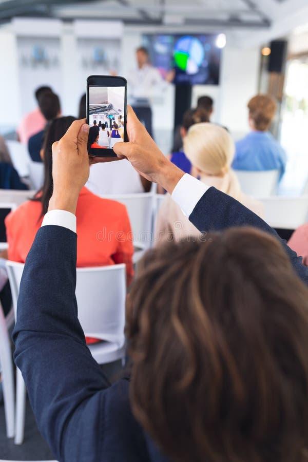 W górę biznesmena klika fotografię biznesowy konwersatorium z telefonem komórkowym zdjęcia royalty free