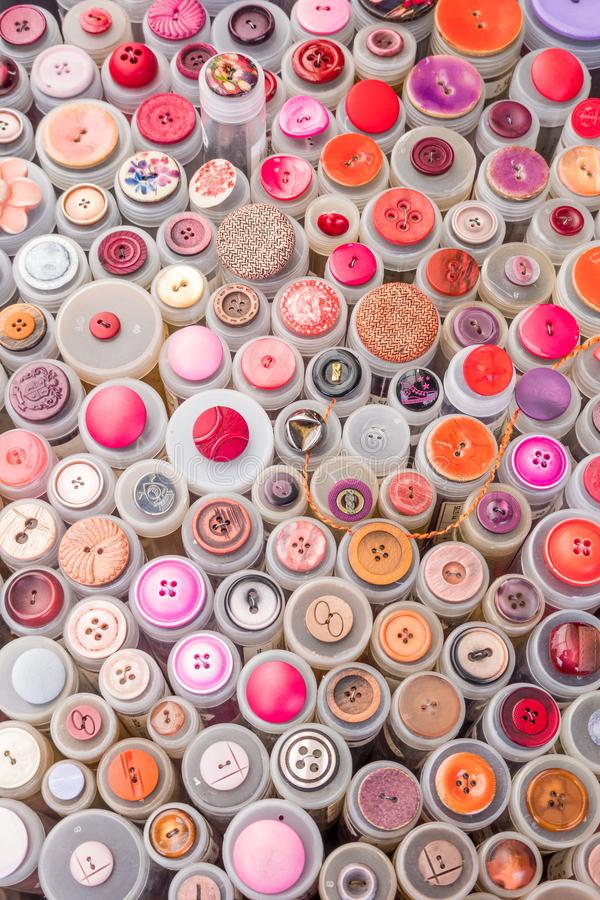 W górę colourful przędzy nawija na sprzedaż stojaku pchli targ obrazy royalty free
