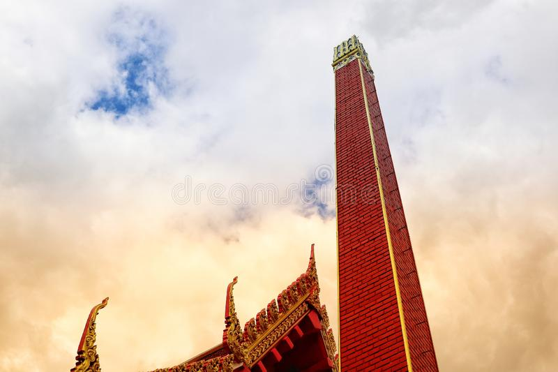 W górę crematorium dla kremacji w Tajlandzkiej świątyni, nieba tło obraz stock