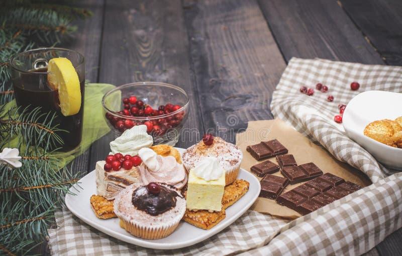 W górę cukierków na białym talerzu: kokosowy ciastko, pastila, beza, kremowe róże, Turecki zachwyt obok łamanej czekolady, zdjęcia royalty free