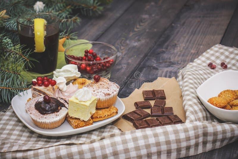 W górę cukierków na białym talerzu: kokosowy ciastko, pastila, beza, kremowe róże, Turecki zachwyt obok łamanej czekolady, obraz stock