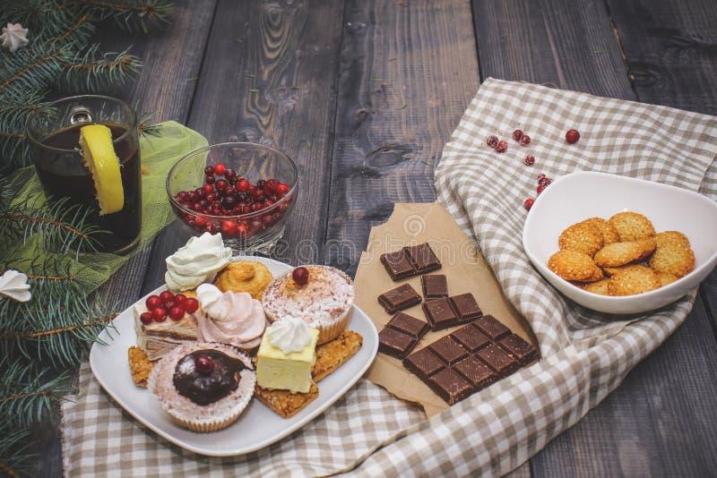 W górę cukierków na białym talerzu: kokosowy ciastko, pastila, beza, kremowe róże, Turecki zachwyt obok łamanej czekolady, obrazy royalty free