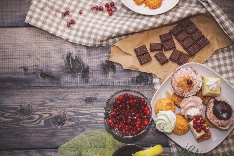 W górę cukierków na białym talerzu: kokosowy pechente, pastila, beza, kremowe róże, razat Turecki zachwyt blisko łamanego, obrazy royalty free