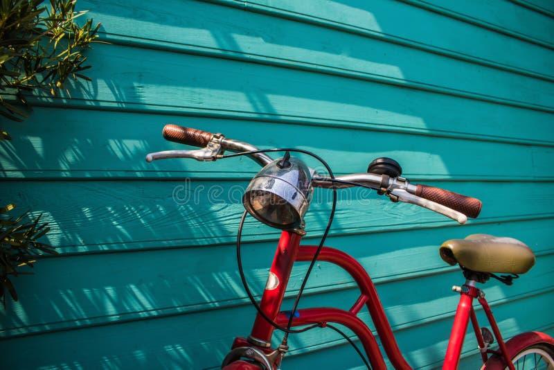 W g?r? czerwonego rocznika rowerowego parking na b??kitnej drewnianej ?cianie z kopii przestrzeni? fotografia royalty free