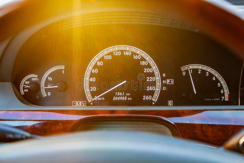 W górę deski rozdzielczej z elementami drzewo w samochodu projekcie z szybkościomierzem i tachometrem denote paliwowego poziom i zdjęcie royalty free