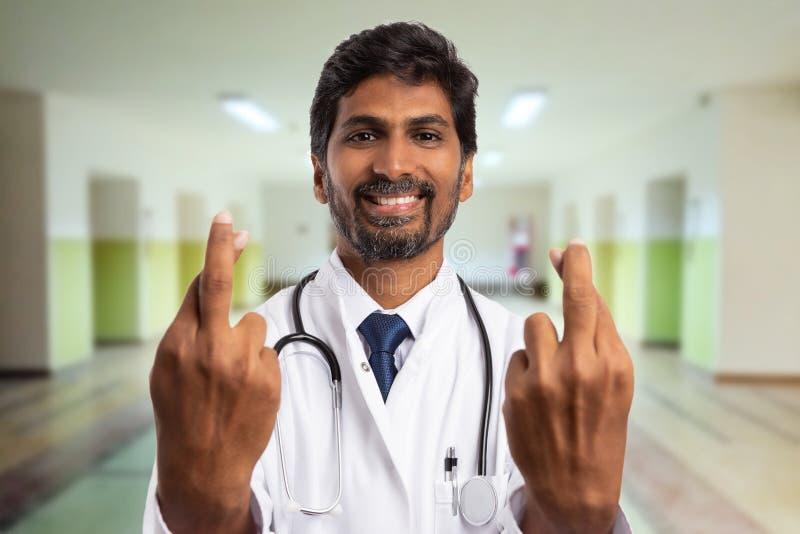 W górę doktorskiego robi szczęście gesta z palcami krzyżującymi obrazy royalty free