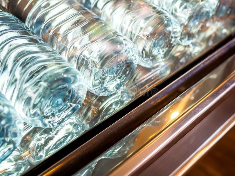 W górę dolnego widoku kopalne świeże wod pitnych butelki w chłodziarce zdjęcia royalty free