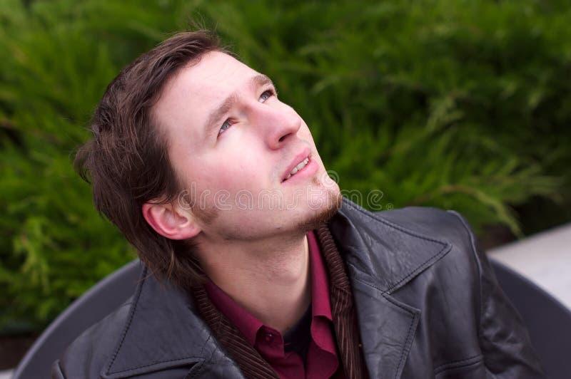 w górę dopatrywania brodaty przystojny przyglądający mężczyzna obrazy stock