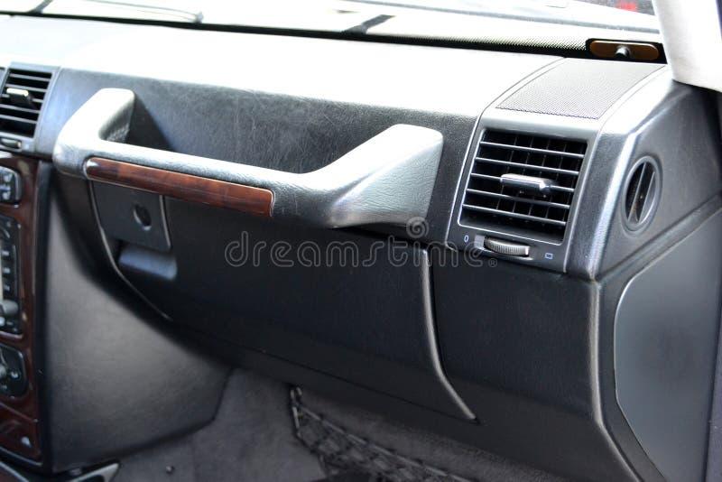 W górę elementu wnętrze samochód przegapia rękawiczkowego pudełko z wielką czarną rękojeścią dla frontowego pasażera na obrazy stock