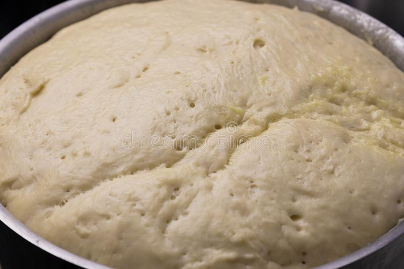W górę fermentującego ciasta, przygotowywa robić ciastu, domowej roboty fermentujący ciasto, obrazy stock