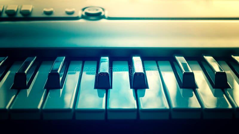 W górę fortepianowych kluczy, zamyka w górę - frontowego widoku Syntetyk i elektroniczna muzyka stonowany zdjęcie stock