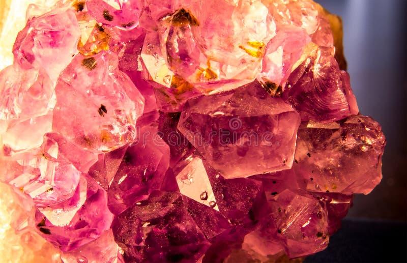 W górę fotografii: Piękni Purpurowi Ametystowi kryształy fotografia stock