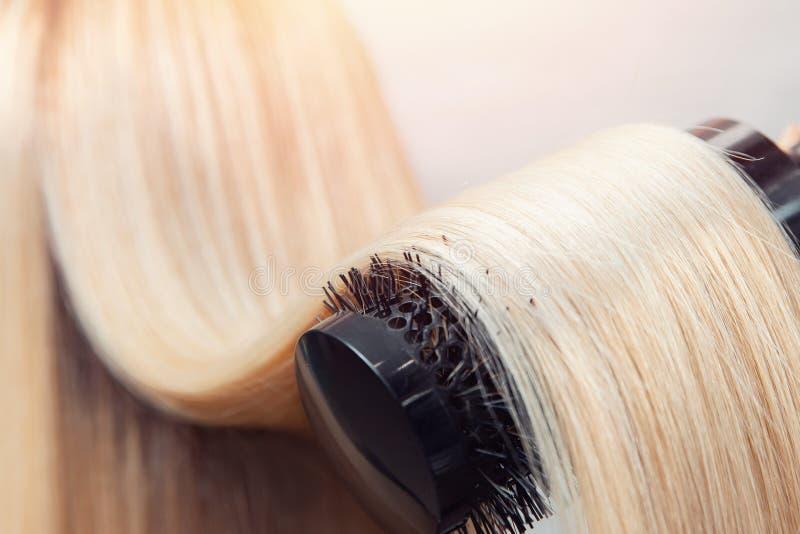 W górę hairbrush, pojęcie rżnięty salon, żeński stylista, traktowanie opieki zdrój fotografia stock