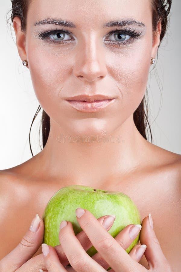 w górę kobiety zamknięty jabłka mienie zdjęcie royalty free