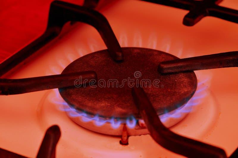 W górę kuchennej kuchenki kucharza z błękitnych płomieni palić Zbliżenie strzał błękita ogień od domowej kuchennej kuchenki fotografia royalty free