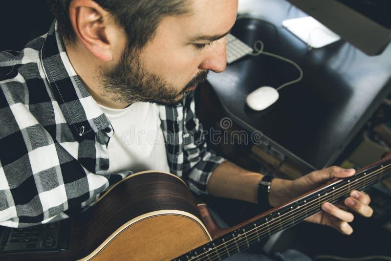 W górę mężczyzny bawić się Hiszpańską gitarę Gitarzysta i muzyk zdjęcia royalty free