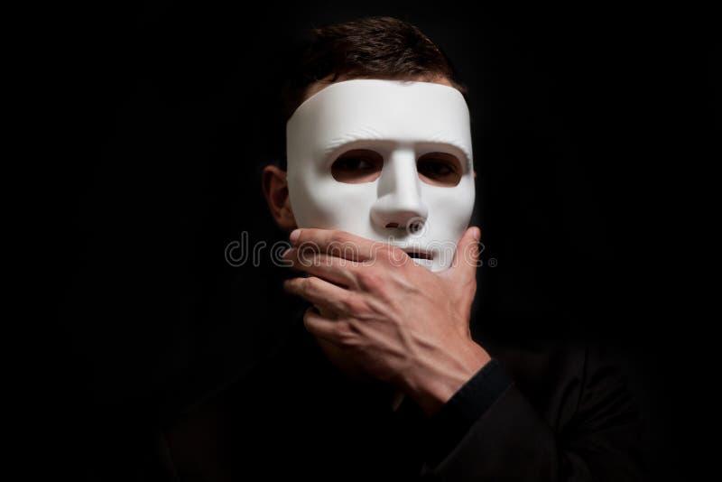 W górę mężczyzny w białej masce, niespodzianka, rozważność Dotyka rękę maska zdjęcie royalty free
