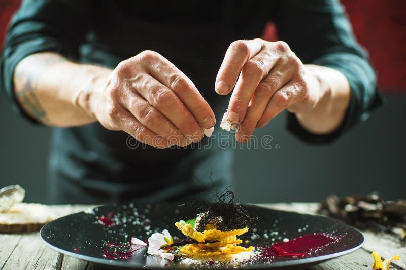W górę męskich ręk przygotowywa cząsteczkowego naczynie fotografia royalty free