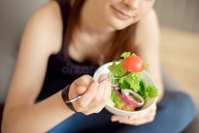 W górę młodej caucasian kobiety je świeżego warzywa sałatki obrazy stock