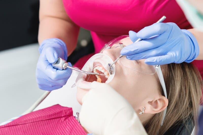 W górę młodej dziewczyny w dentyście krzesło przechodzi rutynową diagnozę po usuwać brasy z czyścić i sortować zdjęcia royalty free