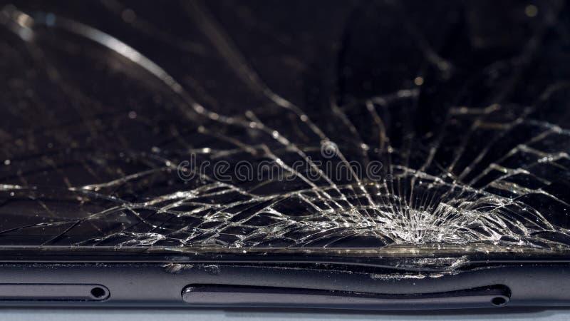 W górę makro- łamany ciemny szkło Elementy smartphone, ekran, młoteczkowy cios, opuszczający smartphone zdjęcie stock