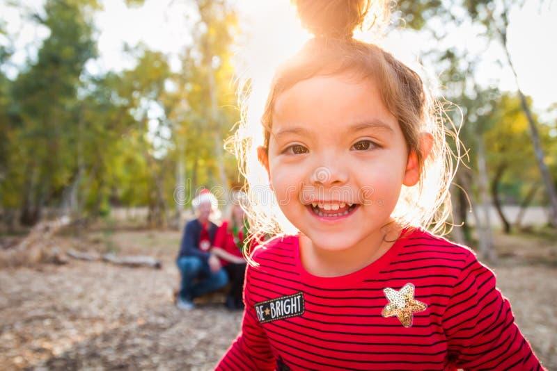 W górę Mieszanej Biegowej dziewczynki Bożenarodzeniowego portreta Z rodziną Za fotografia stock