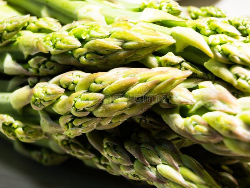 W górę na świeżego, zielonego asparagusa, obrazy stock