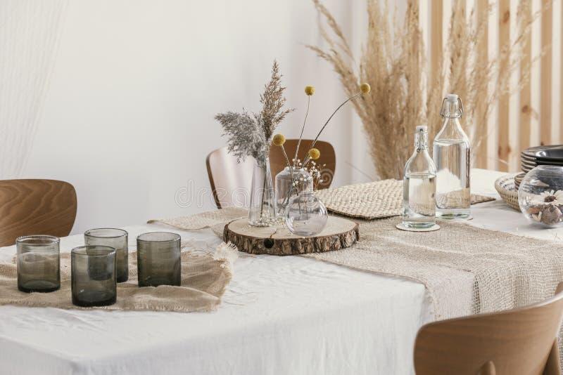 W górę naturalnej prostej dekoracji na stole obraz stock