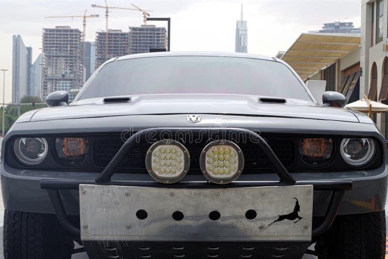 W górę obrazka sportowego samochodu pretendent z Dubaj linia horyzontu w tle zdjęcie stock