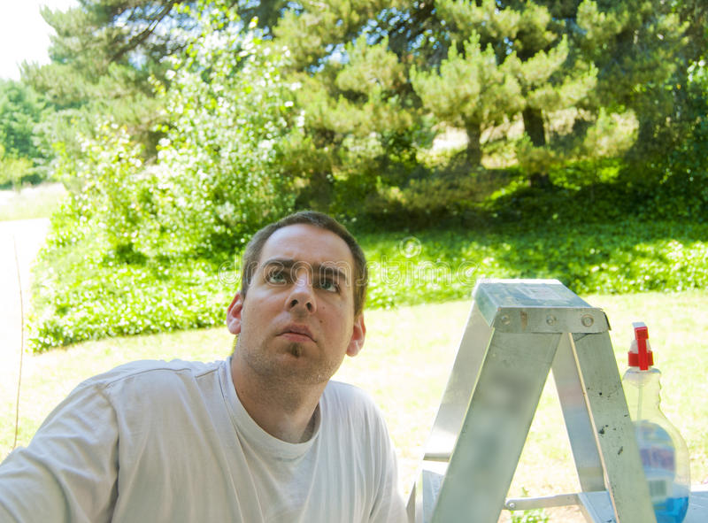 w górę okno drabinowy przyglądający mężczyzna obrazy stock