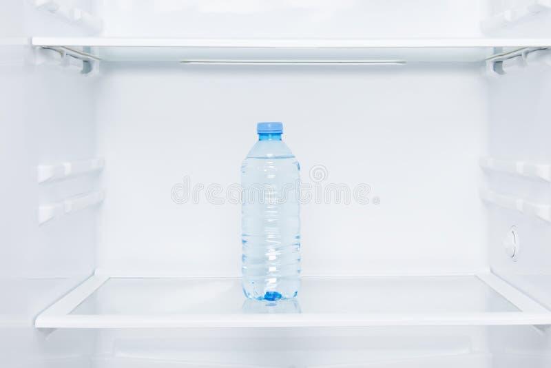W górę, półki biała chłodziarka i butelka woda obrazy stock