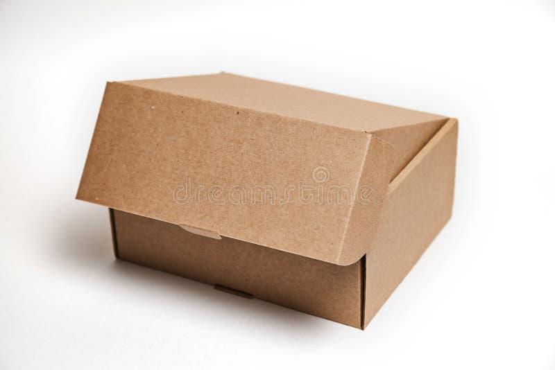 W górę pojedynczego kartonu pudełka otwartego opróżnia odosobnionego na białym tle, brązu drobnicowy karton dla pakunków doręczen obraz royalty free