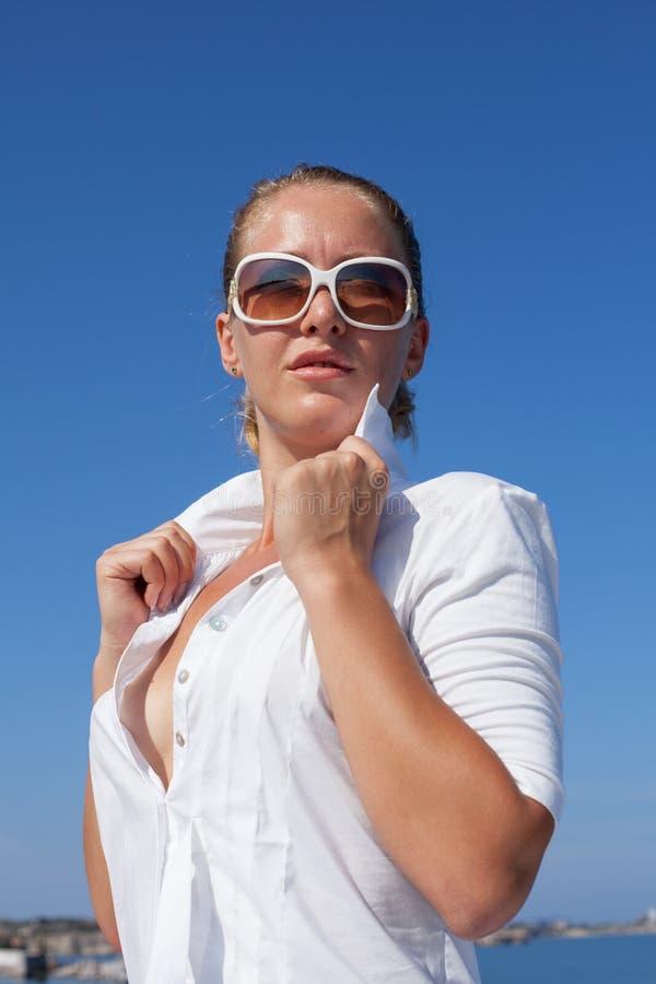 W g?r? portreta dziewczyna w bielu rozpina? bluzk? zdjęcia stock