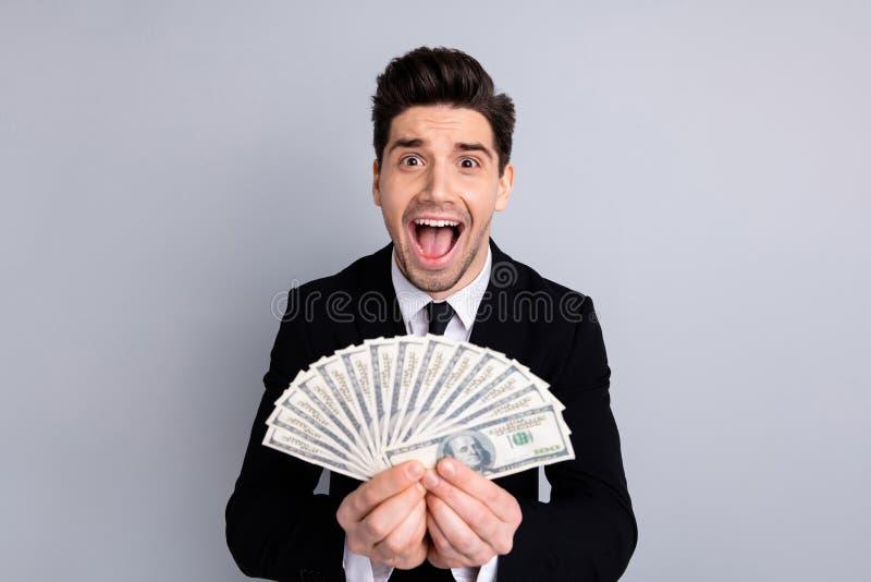 W górę portreta jego on ładnego atrakcyjnego rozochoconego ekstatycznego faceta finansisty bankowa maklera ekonomisty faktorski a zdjęcie stock