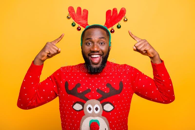 W górę portreta jego ładny atrakcyjny rozochocony radosny pozytywny uradowany facet jest ubranym demonstrujący Santa patrzeje str fotografia royalty free