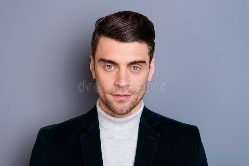 W górę portreta jego on ładny przystojny atrakcyjny szczery facet jest ubranym aksamitnego blezer odizolowywającego nad szarym fi obraz stock