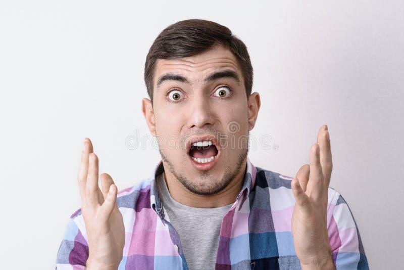 W górę portreta Kaukaski szokujący mężczyzna z otwartym usta, podnoszący wybrzuszać oczy i ręki fotografia royalty free