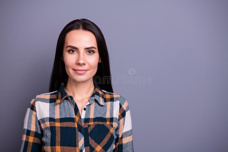 W górę portreta ona ona przyglądającego atrakcyjnego uroczego zawartość spokoju prostowłosa dama jest ubranym sprawdzać szkocką k obraz royalty free