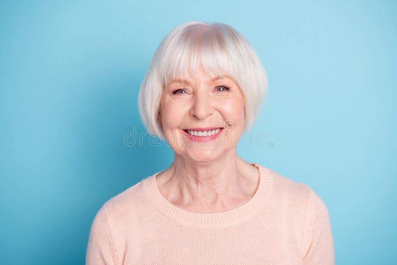 W górę portreta ona ona przyglądający atrakcyjny przygotowywający zadowolony ufny rozochocony radosny zdrowy z włosami fotografia stock
