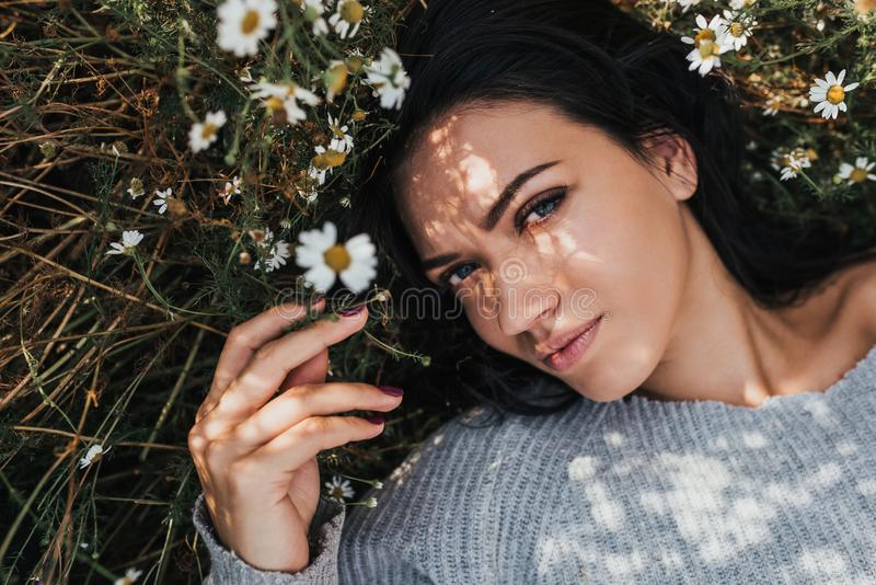 W górę portreta piękna kobieta na łąkowy patrzeć kamera outdoors i cieszyć się natury wiosny wieczór _ zdjęcia royalty free
