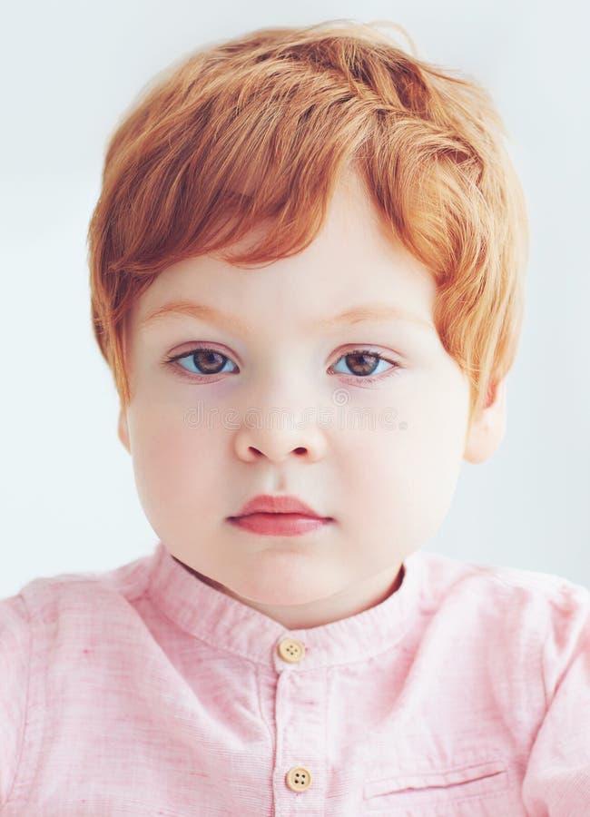 W górę portreta rudzielec berbecia chłopiec dwa i pół lat fotografia stock