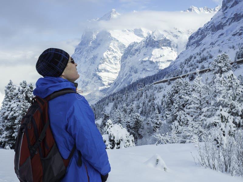 W górę portreta turysta przyglądający w górę zima skłonów góry przy, Szwajcarscy Alps obrazy stock