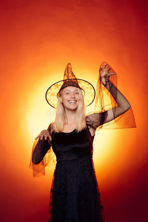 W górę portreta wspaniałej szczęśliwej blondynki czarodziejski enchantress, gorąca postać, ciało Portret wspaniała blondynki czar zdjęcia royalty free