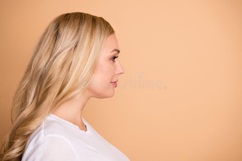 W górę profilowego bocznego widoku portreta ona przyglądający atrakcyjny uroczy winsome uroczy cukierki przygotowywał z włosami zdjęcie stock