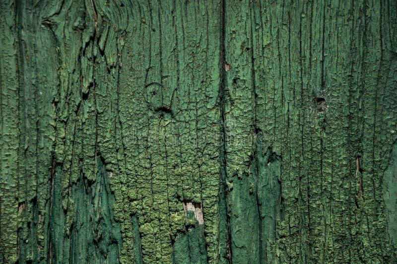 W górę przetartych desek drewno w starym zielonym drzwi zdjęcie royalty free
