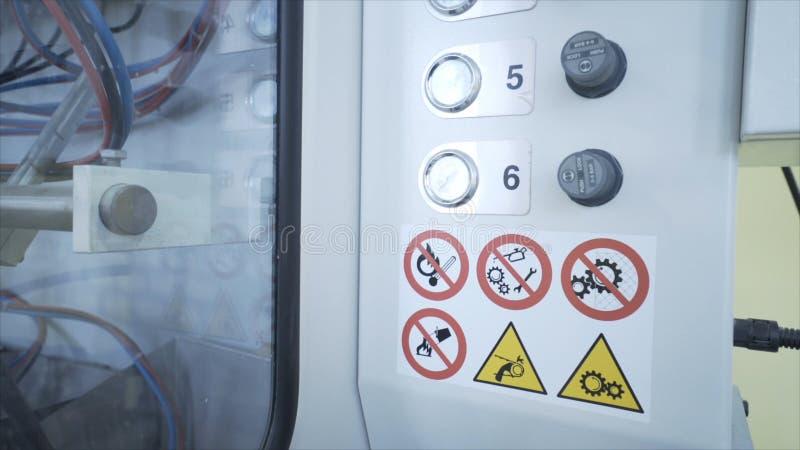 W górę pulpit operatora niektóre przemysłowa maszyna z guzikami i melanżerami na białym klingerycie ukazuje się akcja zdjęcia royalty free